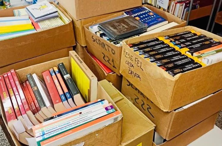 Una valanga di libri donati alla biblioteca